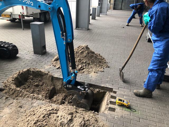 DLP-er tijdens proefsleuf graven