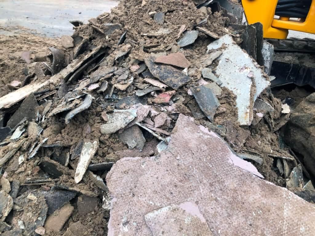 Asbest verontreinigde grond veldwerker